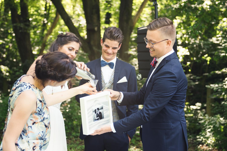 Sandritual mit den Trauzeugen bei einer freien Trauung von Die Hochzeiterin