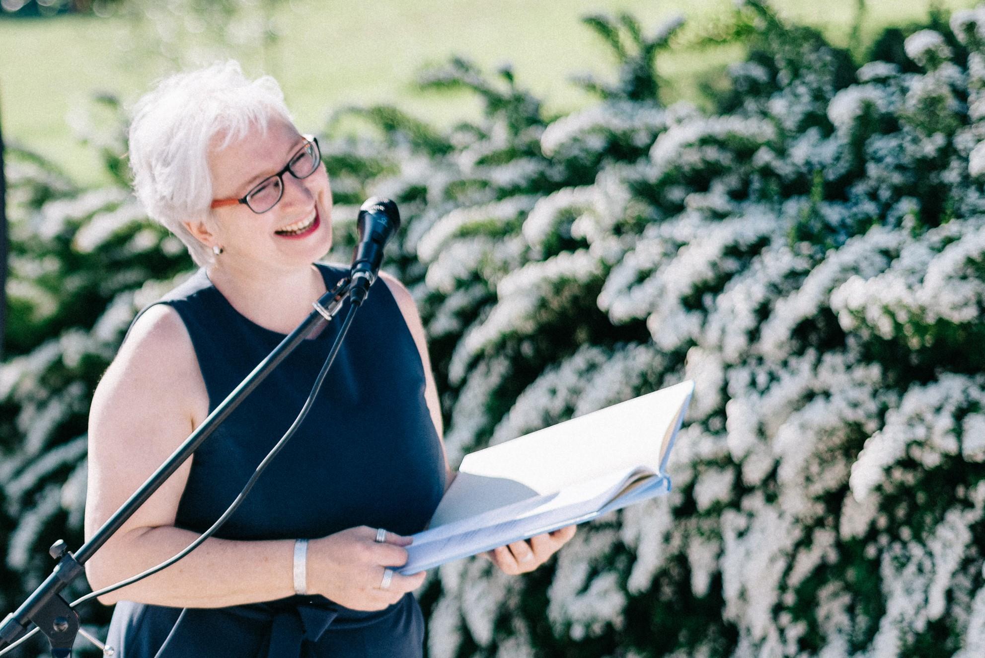 Freie Traurednerin in München in Aktion | Die Hochzeiterin, Michaela Burch